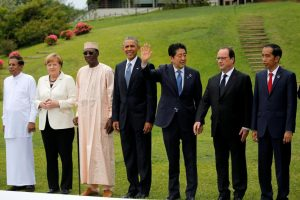 (From L-R) Sri Lanka's President Maithripala Sirisena, German Chancellor Angela Merkel, Chad President Idriss Deby Itno, U.S. President Barack Obama, Japan's Prime Minister Shinzo Abe, French President Francois Hollande and President of Indonesia Joko Widodo attend a family picture along with other world leaders during the final day of the Group of Seven (G7) summit meetings in Ise Shima, Japan May 27, 2016. REUTERS/Carlos Barria